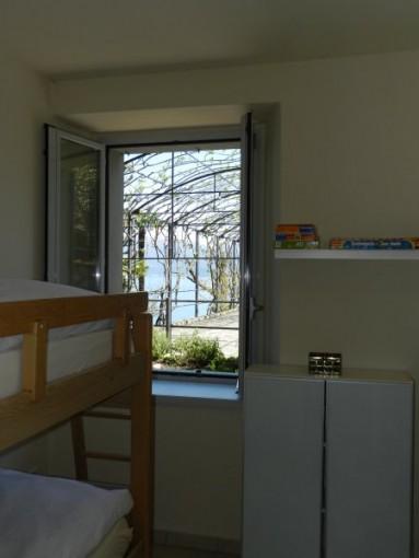 Kinderzimmer mit Blick auf See